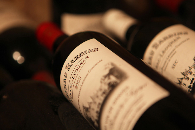 photo de bouteilles de vin rouge de bordeaux et pessac-léognan