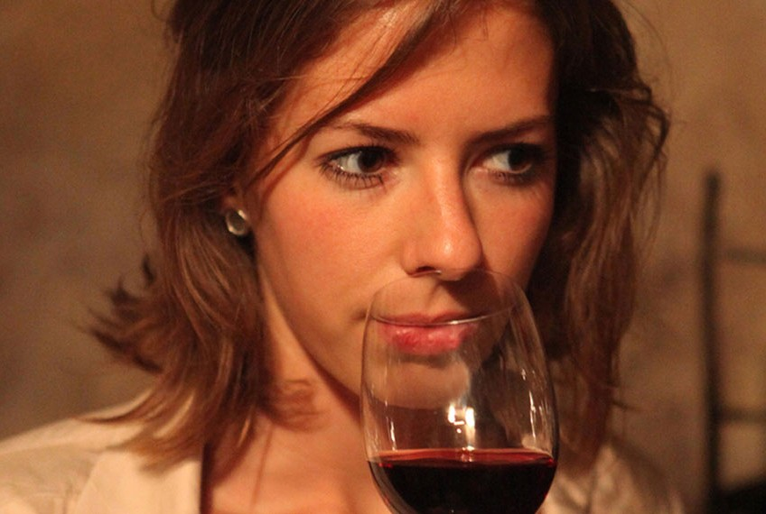 photo d'une femme en train de déguster du vin de bordeaux