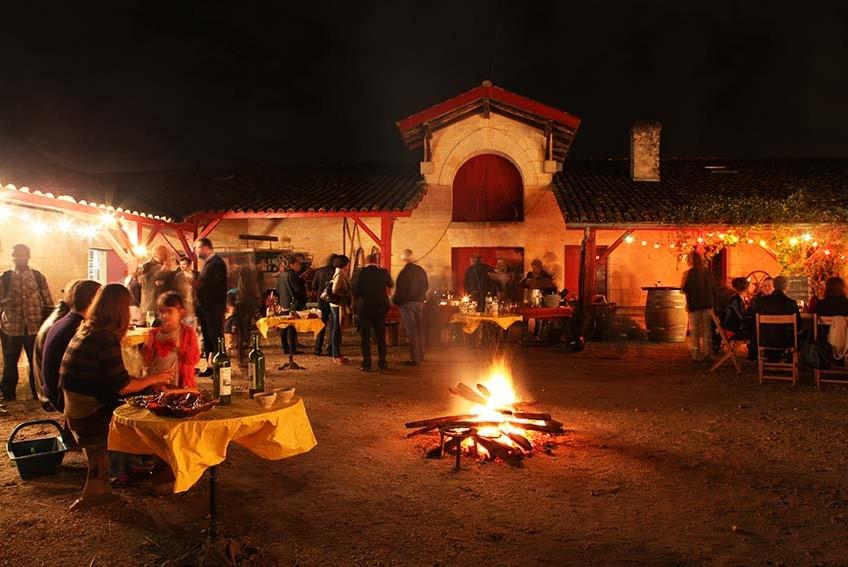 groupe en soirée dégustation de vins de bordeaux