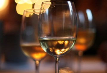 photo de verres de vin blanc