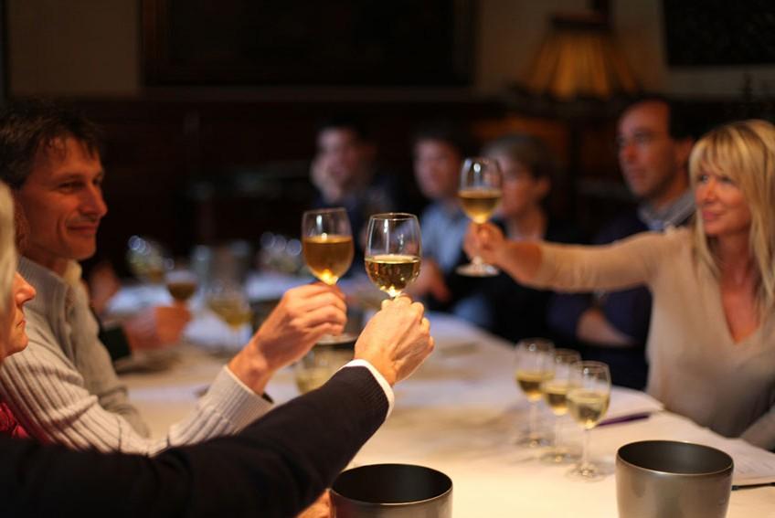 photo amis en train de déguster des vins de bordeaux
