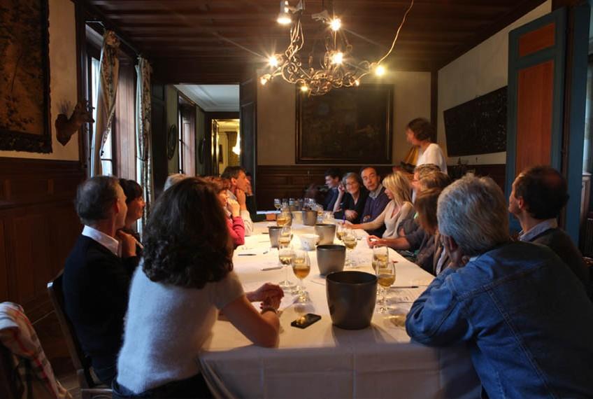 groupe en train de déguster des vins de bordeaux