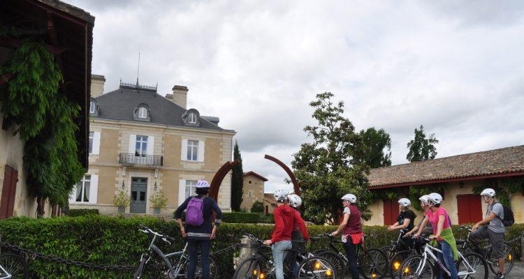photo d'un groupe à vélo dans les vins de Bordeaux