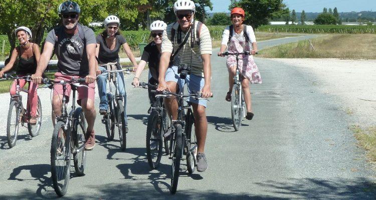 image d'un groupe d'amis qui se baladent à vélo