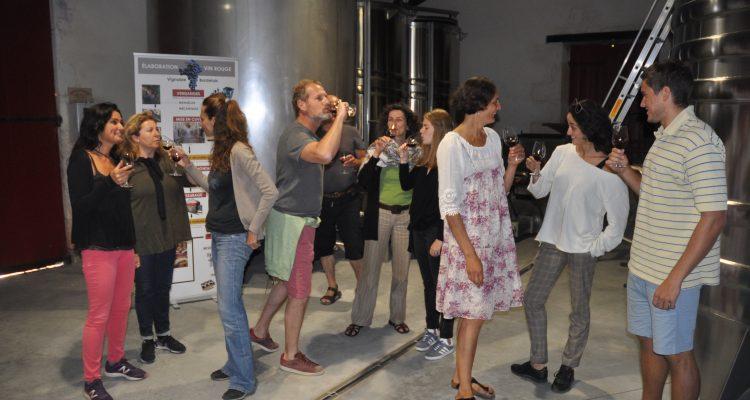 photo d'un groupe qui déguste du vin au Château