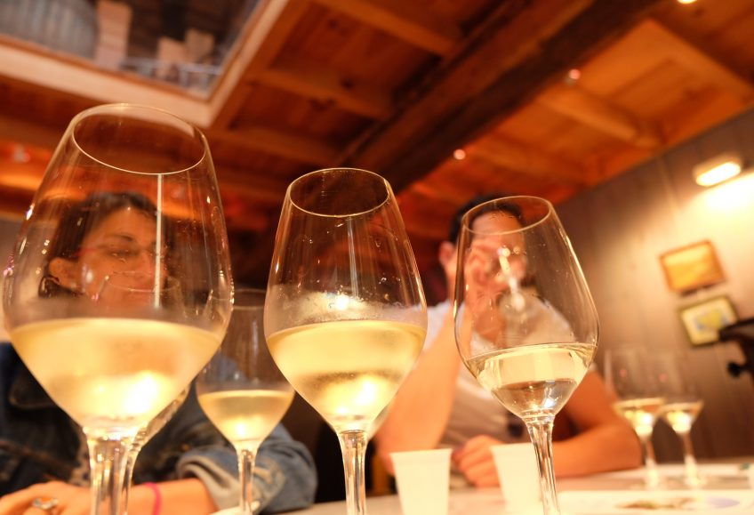 photo de 3 verres de vins blancs