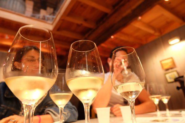 photo de 3 verres de vins blancs
