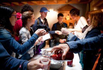 photo d'un groupe scolaire qui déguste du jus de raisin