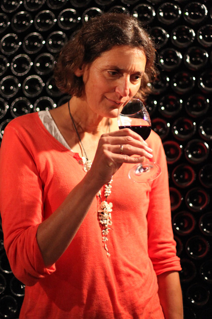 Pascale Larroche Atelier de dégustation de vins de bordeaux dans le chais