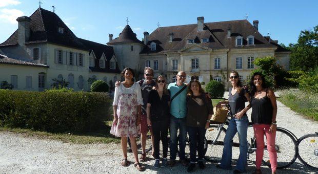 image d'un groupe à vélo devant un château bordeaux