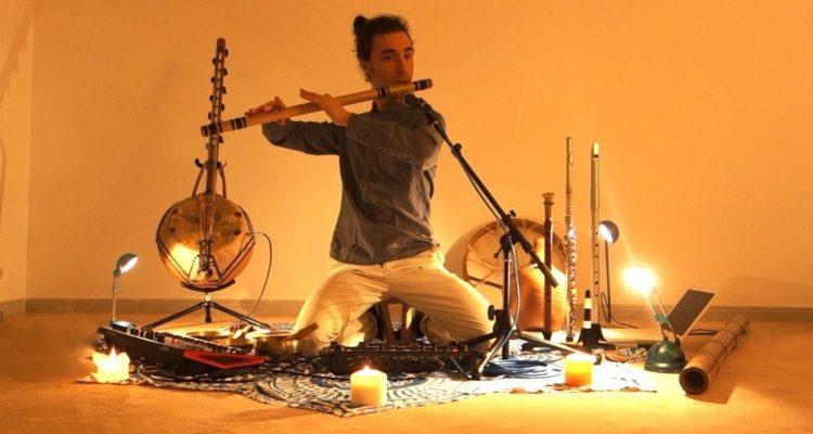 Léo Sors jouant de la musique