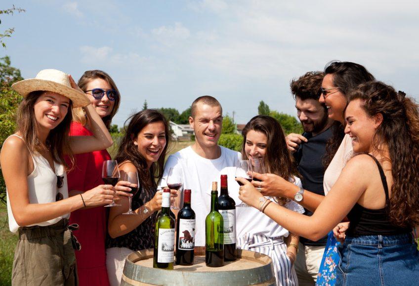 amis en train de déguster des vins de bordeaux