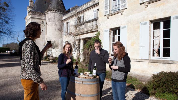 groupe en dégustation devant le chateau